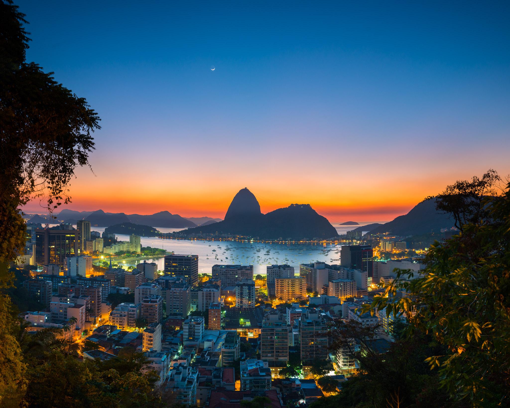 Foto FInal: Amanhecer na Enseada de Botafogo com lua